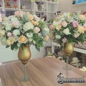 Arranjo com flores brancas, rosas e champagne